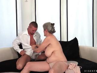 거유 할머니 enjoys 뜨거운 섹스 와 그녀의 boyfriend