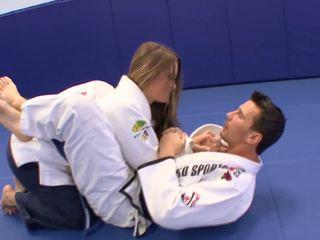 चिक gets कुछ extra karate lessons पर घर साथ उसकी trainerã¢â€â™s डिक