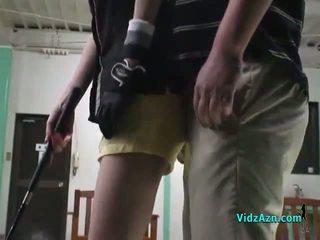 Asiatico ragazza giving pompino su suo knees per suo golf instructor