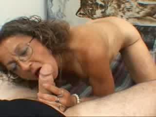 A močiutė gives a čiulpimas