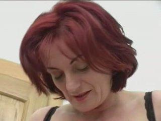 أحمر الشعر granny-beauty الشرجي في stairs