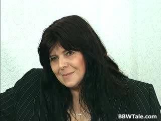 Melnas mati pieauguša lielas skaistas sievietes palaistuve gets viņai
