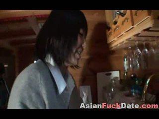 Asiática adolescente con más viejo turista