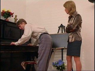 古い ピアノ 教師 dominates 彼女の 学生