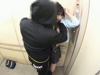 Schoolgirls tápal v a školní elevator