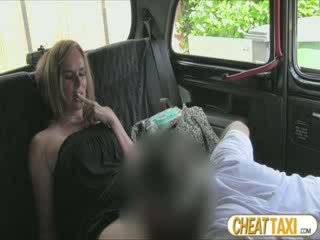 Hot amatir accidentally pissed taxi seats and pays lovely bayan for it