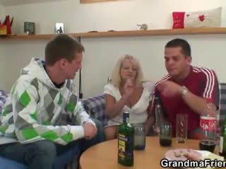 الشرب leads إلى مجموعة من ثلاثة أشخاص طقوس العربدة مع جدة