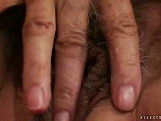 Sừng busty bà nội thủ dâm