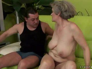 Gros seins grand-mère enjoys coquin sexe
