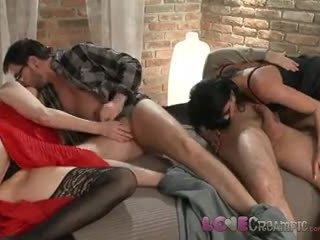 Láska creampie two vyzreté milfka swingers zdieľať husbands cocks v neslušné orgia
