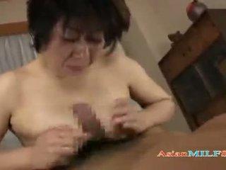 Barmfager eldre kvinne getting henne pupper og hårete fitte knullet av guy sæd til munn på den mattress