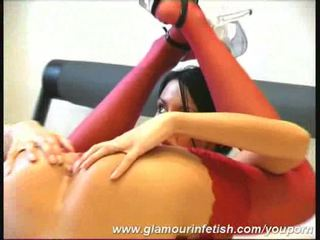 Besar dada gadis fleksibel dengan penis buatan