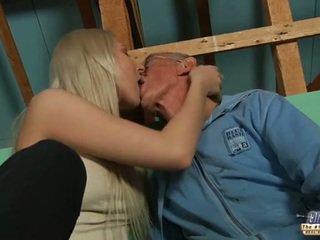 Verlegen oud guy seduced door blondine tiener