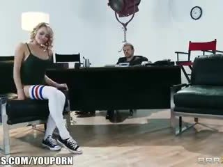 Flexible blond dancer mia malkova shows de son assets pour une rôle