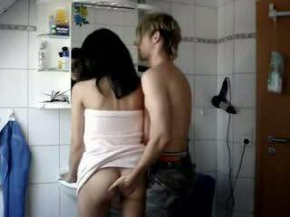 Amatoriale giovanissima scopata difficile in un bagno video