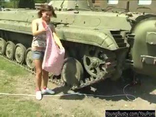 Krūtainas pusaudze alexa rotaļlieta twat uz tank