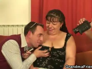 Debeli zreli kurba swallows two dicks