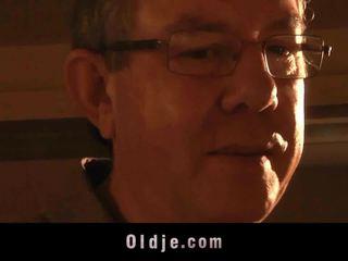 Stary człowiek shaggs a teeny kto thingers do wykończenie
