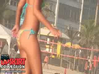 The playful bikini dolls cu uimitor și proaspăt bodies are having plaja distracție cu the ball