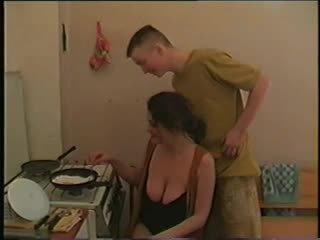 Mutter mit groß saggy brüste & guy