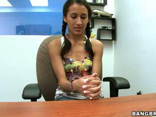 Pigtailed 青少年 opens 她的 口 和 的阴户 宽 到 适合 这 大 公鸡 视频