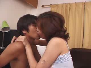 Ιαπωνικό μητριά κακοποιημένος/η με καυλωμένος/η husbands γιός βίντεο