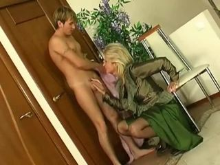 Білявка матуся в панчохи fucks younger guy
