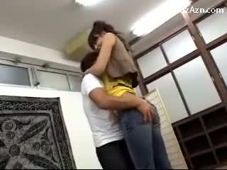 Breve guy baciare con alto ragazza licking ascella rubbing suo culo in il middle di il stanza