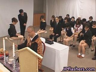 Azijke dekleta go da cerkev pol nag znotraj javno