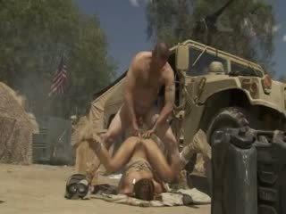 Excited jadra holly receives fucked ciężko i cummed przez an armia soldier