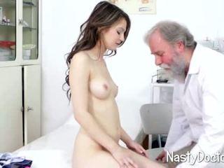 Porcas velho doc examines jovem grávida cona