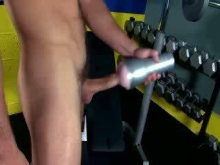 Fitness dude wanking μακριά από με παιχνίδι