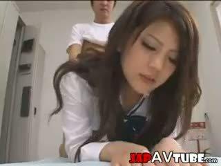 Japanisch schulmädchen und ihre janitor