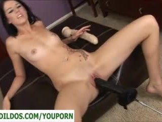 Si rambut coklat dengan yang kejam dildo/ alat mainan seks seks / persetubuhan mesin