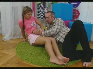 孩儿 传播 她的 腿 到 取 一 迪克