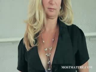 Läkkäämpi blondi undresses näyttää juggs
