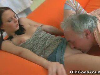 Ce nana manages à service son boyfriends python et la bite de an âgé guy à la même temps