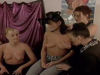 Two nezbedný lesbička modely jíst každý další ven na camera