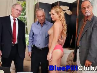 Nastolatka gangbanged przez 3 stary grandpas
