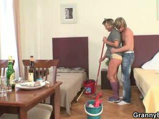 Nettoyage femme rides son en chaleur bite