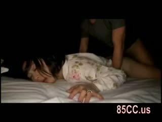 Moglie scopata da husbands amico su il letto 05
