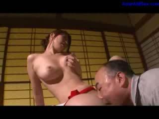 Chaud milf masturbation getting son poilu chatte licked et fingered par mari sur la bureau en la salle