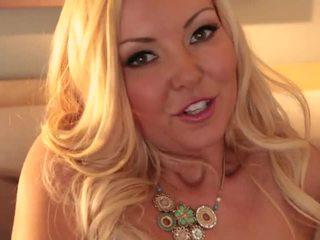 Blondinke aaliyah ljubezen shows off ji telo
