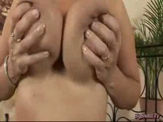 Breasty dame masturberar