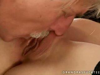 Gitta blond knull med gammal människa