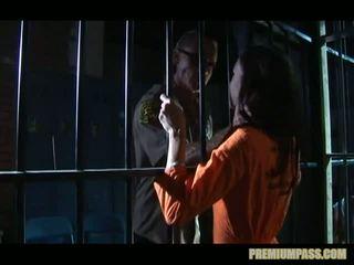 Stuck dietro bars in un prigione per zoccola taylor pioggia è forzato a guarda