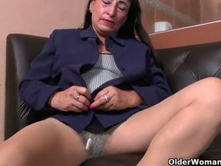 "Latina milf Karina peels off her nylons and works her pussy <span class=""duration"">- 12 min</span>"