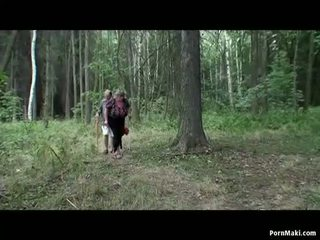 Prsnaté babka having zábava v the les