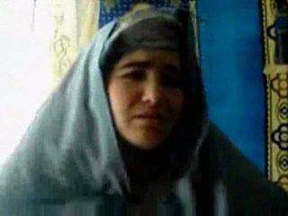 Tajik islak gömlek becerdin tarafından bir pashton guy