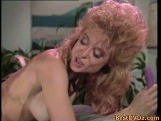 रेटरो समलैंगिकों licking उनके टाइट puss